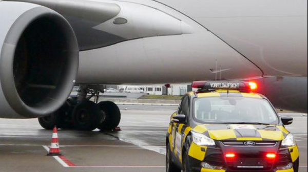 Safety assessment for the use of vehicle flashing lights on flight operation areas